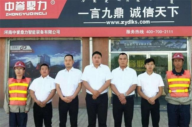 内蒙古服务人员在办事处前合影